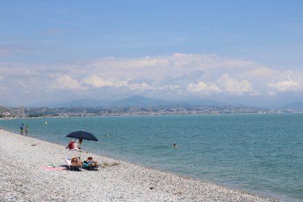 Vom weitläufigen, kostenlosen Kiesstrand in Villeneuve-Loubet kann man bis Nizza schauen.