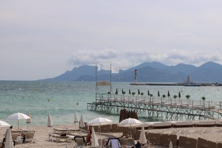 Cooles Strandbad mit exklusiven Stegplätzen in Cannes.