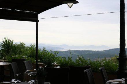 Die Restaurants in Gassin bieten einen traumhaften Ausblick aufs Meer.
