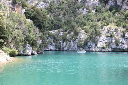 Am Ufer angekommen eröffnet sich der erste Blick auf das türkisfarbene Canyonwasser des Verdon.
