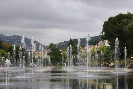 Die Wasserfontänen am Hauptplatz in Nizza erfrischen Groß und Klein.