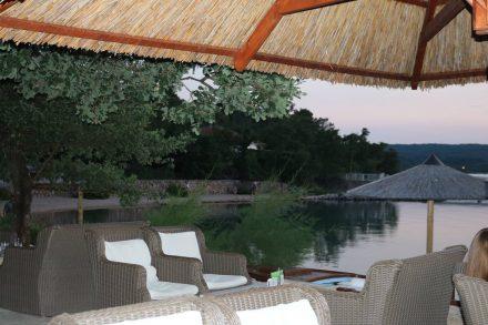 Die gemütliche Bar im Camp Slamni in friedlicher Abendstimmung.