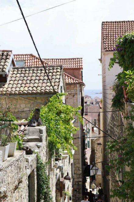 Die steilen Gassen der Altstadt führen zur Festung hinauf.