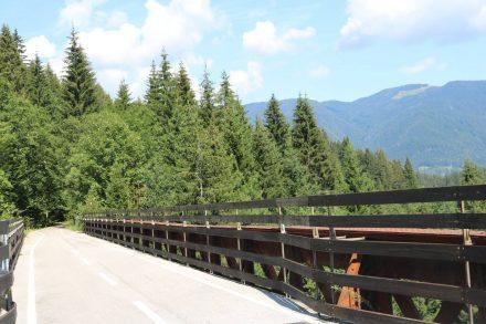 Eine der alten Bahnbrücken auf dem Radweg von Tarvis nach Mojstrana.