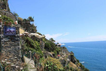 Von Vernazza geht es viele Treppen hinauf zum Küstenweg. Das Restaurant nimmt leider keine Kaffee-Einkehrer auf.