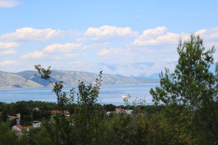 Auf dem Hügeln rund um Stari Grad eröffnen sich herrliche Ausblicke auf das Meer und das benachbarte Brac.