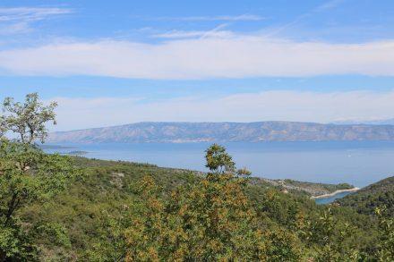 Von der grünen Insel Hvar ein Blick auf das danebenliegende Brac.