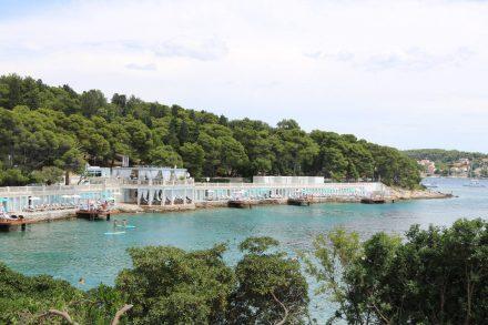 Wunderschöne Badeanlagen in der Bucht vor Hvar.
