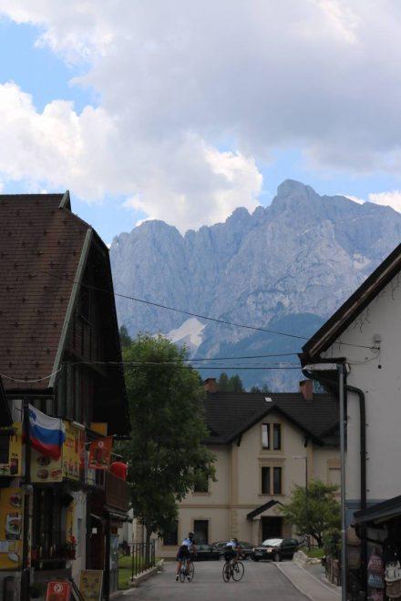 Hinter Kranjska Gora thronen die imposanten Bergmassive.