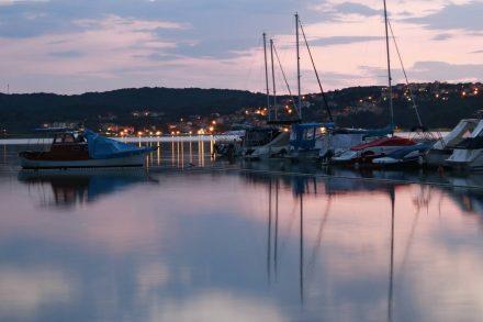 Der Abend senkt sich über die Bucht von Klimno.