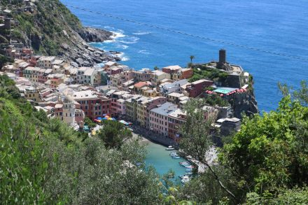 Von dem Küstenweg steigt man steil wieder hinab ins Dorf Vernazza.