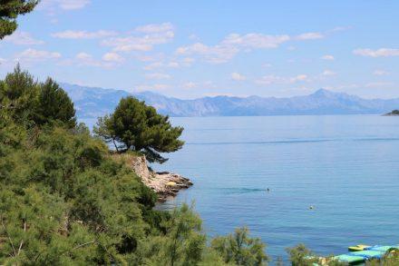 Die schöne Bucht von Jelsa mit glasklarem Wasser und herrlicher Aussicht.