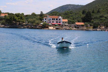 Hier kommt unser Taxi-Boot, das nach Wunsch zwischen dem Apartmenthaus Rubin und dem Hotel Pokrivenik hin und her pendelt.