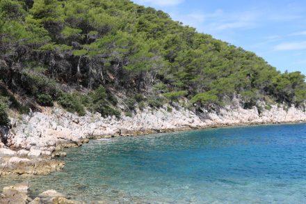Glasklares Wasser an der nur über Schotterwege erreichbaren Bucht Lozna.