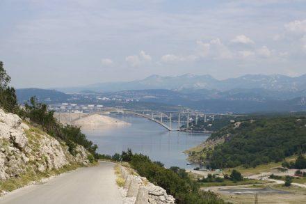 Blick auf die Brücke nach Krk am Nordspitz der Insel.