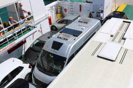 Mit Reisebus und Ducato ist die Fähre schnell voll.
