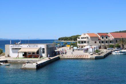 Der kleine Fährhafen Sucuraj besteht nur aus wenigen Häusern.