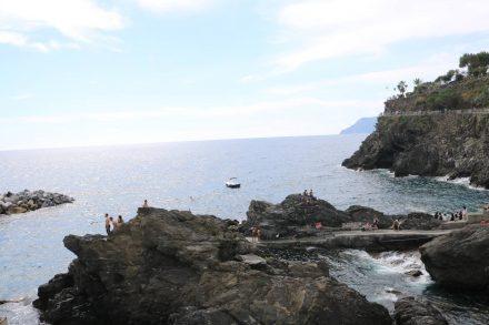 In Manarola springen die Mutigen unter Applaus vom Felsen in die Bucht.