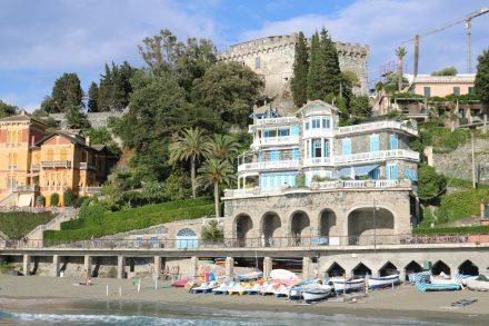 Der öffentliche Strand von Levanto lädt zum Baden ein.