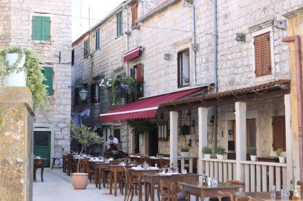 In den alten Gassen von Stari Grad finden sich überall Cafés und Restaurants.