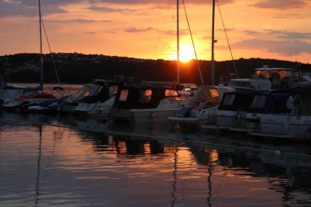 Sonnenuntergang in der Bucht des Camping Slamni.