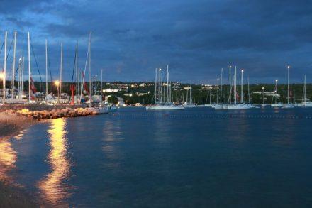 Romantischer Sonnenuntergang im Hafen von Primosten.