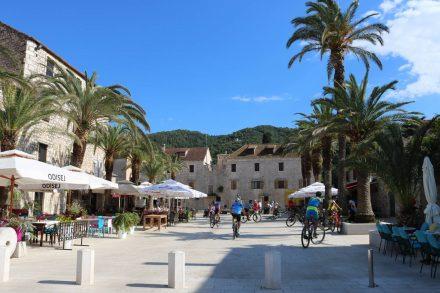 Der zentrale Platz in Stari Grad - Fußgängerzone mit Bike-Erlaubnis.