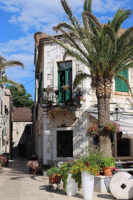 Die alten Häuser in Stari Grad sind hübsch herausgeputzt.