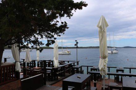 Die stylische Hula Hula Bar in Hvar mit köstlichem Cappuccino.