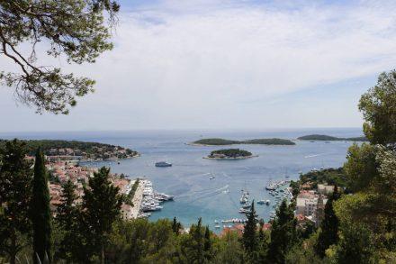 Blick von der Festung auf die Hafenbucht und die vorgelagerten Inseln.