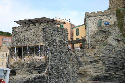 Cafés und Wohnungen in die Felsen gebaut in Manarola.