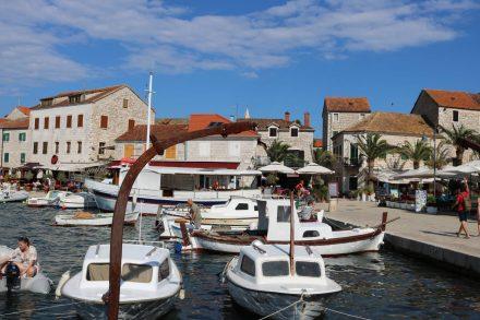 Da der Fährhafen etwas außerhalb liegt, bleibt der Innenhafen von Stari Grad den kleineren Booten vorbehalten.