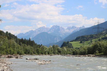 Von Matrei nach Lienz gehts immer bergab der Isel entlang mit Blick auf die Kärntner Berge.