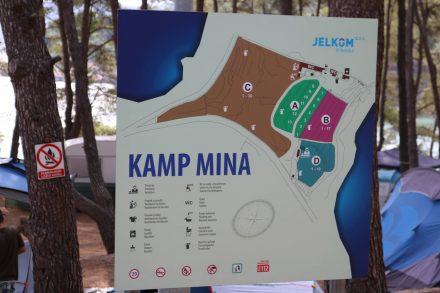 Schöne Zeltplätze, einige Stellplätze in erster Reihe mit Meerblick, schattige Plätze unter Pinien und einfache aber saubere Sanitäranlagen bietet das Kamp Mina in Jelsa.