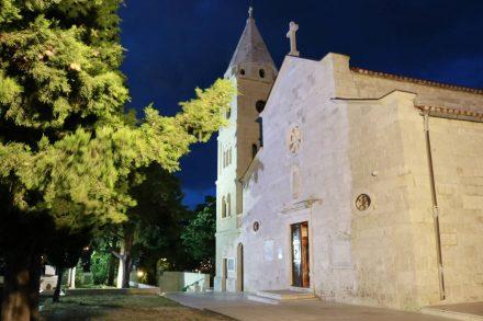 Die Kirche auf dem Hügel von Primosten ist nachts wunderbar beleuchtet.