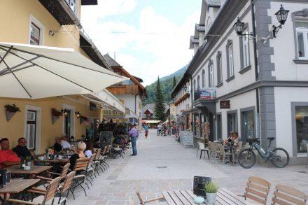 In der Fußgängerzone von Kranjska Gora reihen sich nette Cafés und kleine Lädchen.