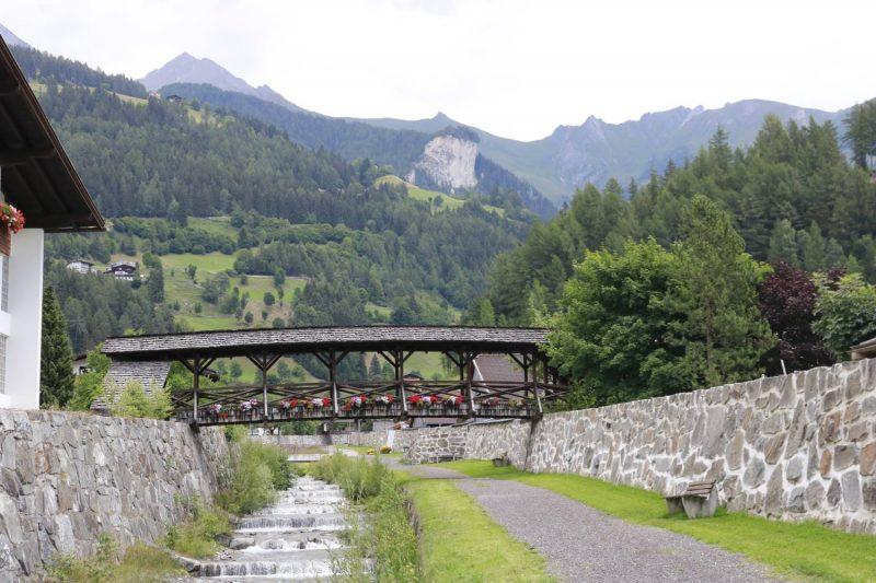 Ein Blick auf die Bergkette hinter Matrei in Osttirol.