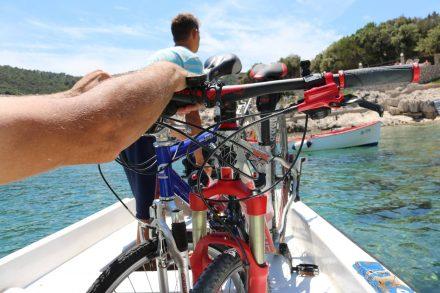 Im Bötchen kreuzen wir die Bucht von Pokrivenik.