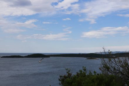 Sonne und Wolkenspiele mit Blick auf die Inselgruppe vor Hvar.