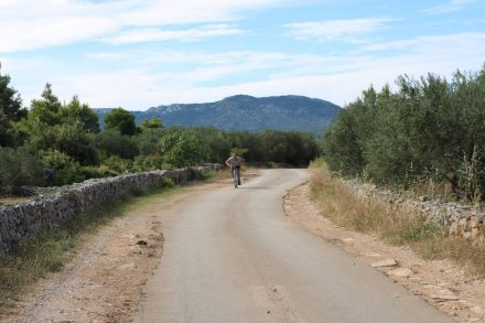 Am Anfang noch asphaltiert, später verläuft die Kabel-Radtour grösstenteils offroad.