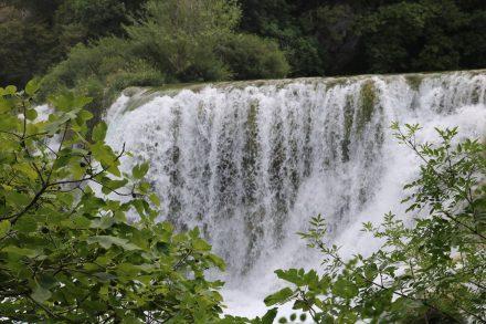 Fast wie ein Netz oder ein Perlenvorhang sprudelt dieser Wasserfall.
