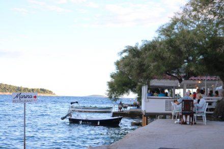 Zwischen Hafen und Halbinsel-Spitze reihen sich zahlreiche Restaurants direkt am Meer.