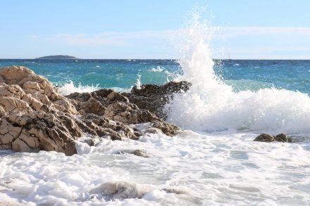 Das türkisfarbene Meer mit seiner perligen Schaumkrone.