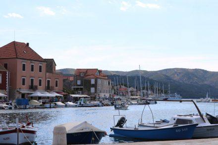 Der Blick auf die Hafenpromenade von Stari Grad.