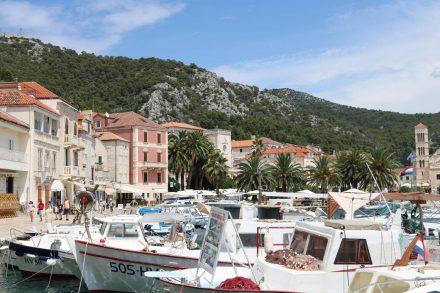 Die Promenade zieht sich rund um den kleinen Bootshafen bis hin zum Hauptplatz von Hvar.
