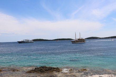 Reger Schiffsverkehr an der Hafeneinfahrt von Hvar.