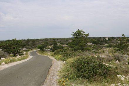 Auf wenig befahrenen Straßen geht es durch das Hinterland von Rudine.