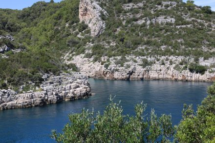 Jede Bucht hat ihren eigenen Schirm in dem Zusammenspiel von Wasser und Felsen.