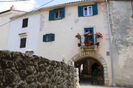 Pittoreske Gassen und Häuser in Omisalj.