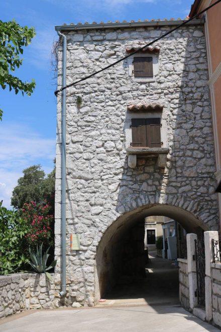 Hübscher alter Turm in der Stadtmauer von Omisalj.